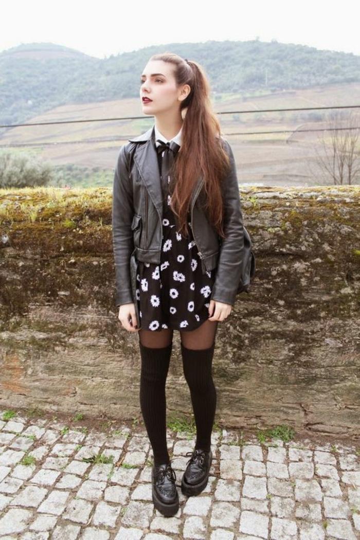 style-grunge-robe-noire-a-motifs-fleurs-derbies-modele-de-chaussette-haute