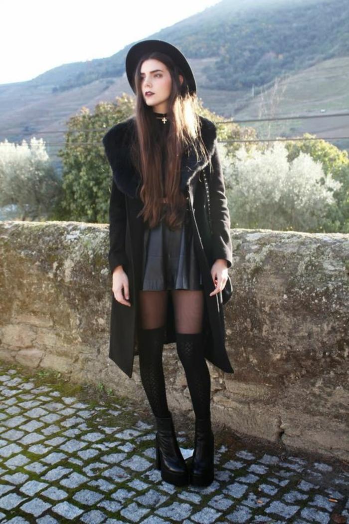 style-grunge-tenue-noire-chaussettes-hautes-femme-par-dessus-collant-chapeau-a-larges-bords