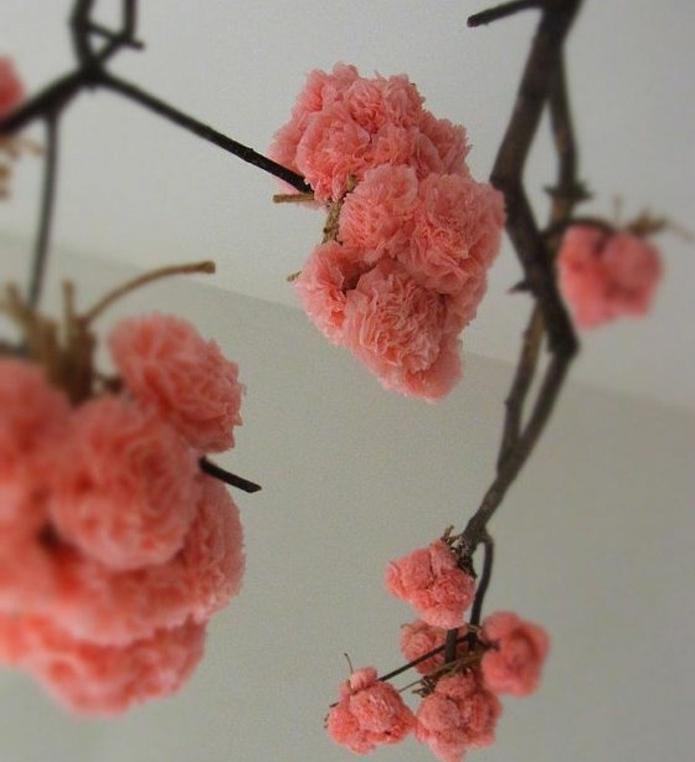 suggestion-comment-faire-une-rose-en-papier-une-branche-decoree-de-fleurs-pour-une-deco-fraiche-naturelle