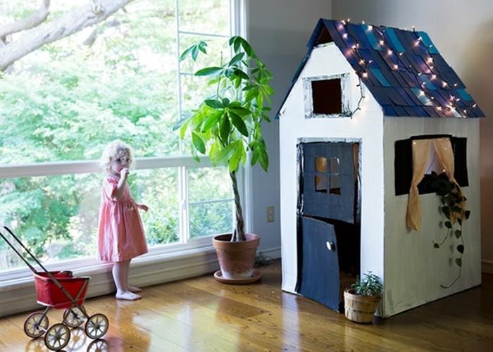 suggestion-de-maisonnette-enfant-qui-va-developper-l-imagination-de-votre-petite-fille-decoration-de-lumieres-cabane-en-carton-blanche-et-bleue