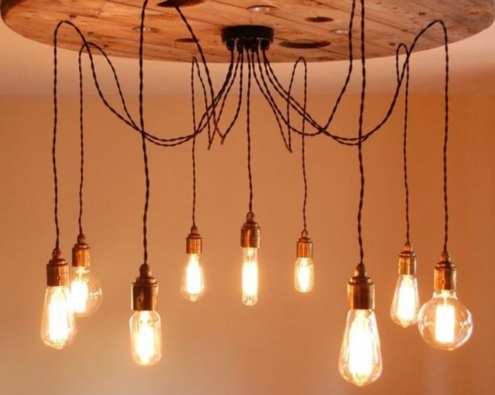 suspension-industrielle-fabriquee-a-l-aide-d-un-plateau-de-touret-bois-et-plusieurs-ampoules-suspendues-resized