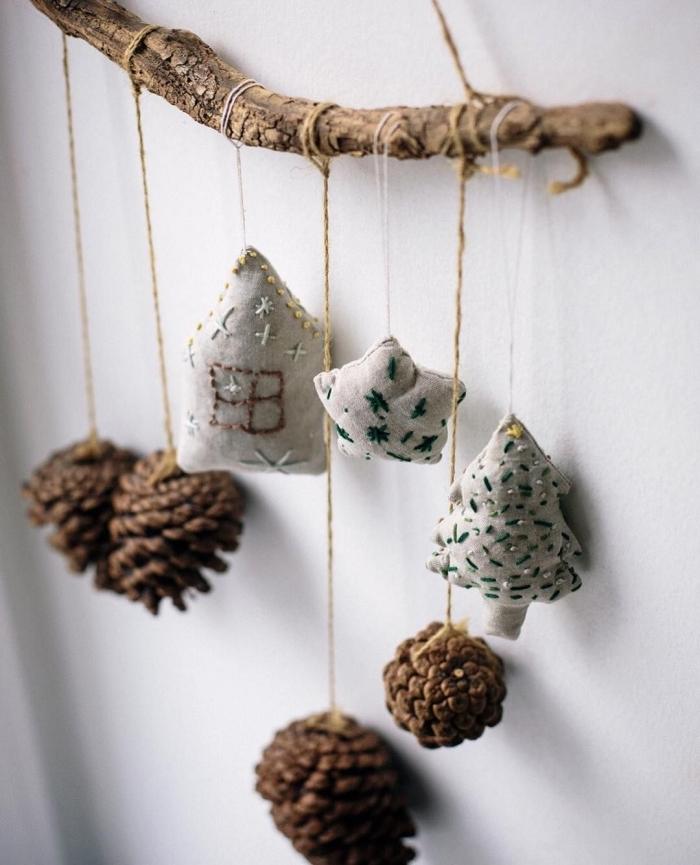 fabriquer une décoration murale pour Noël, diy mobile en pommes de pin, que peut on faire avec des pommes de pin