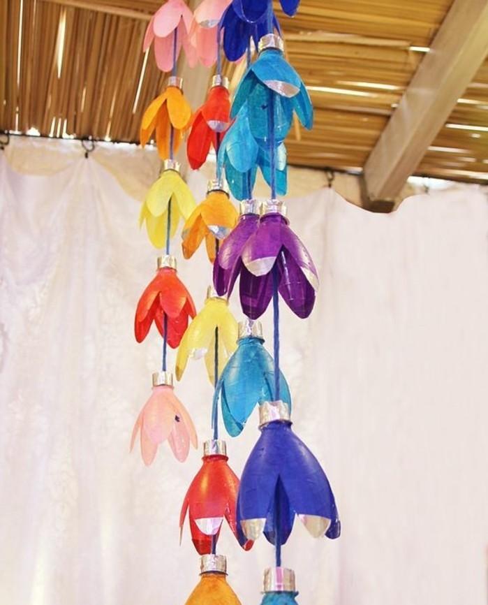 suspensions-fabriquees-de-fonds-de-bouteilles-en-forme-de-fleurs-multicolores-guirlande-decoratif-a-fabriquer-soi-meme