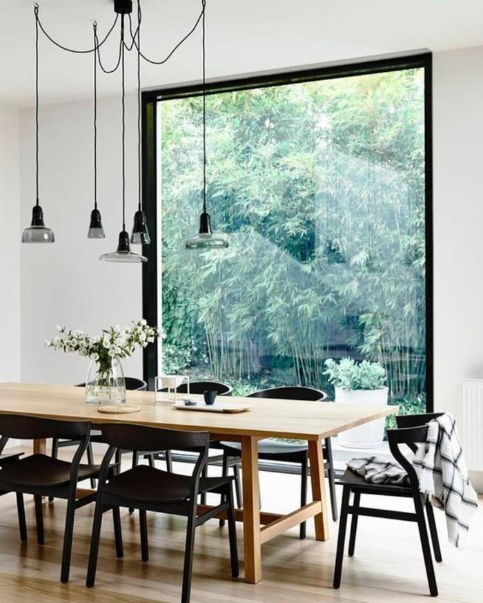 table-en-bois-clair-table-rectangulaire-en-bois-naturel-chaises-marron-fonce