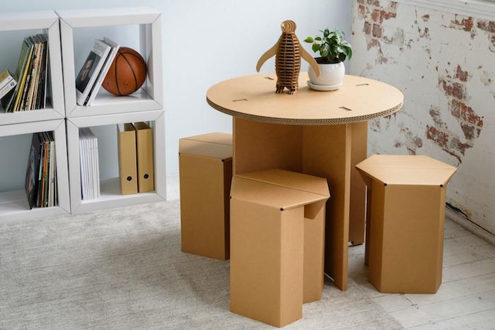 tabouret en carton diy et comment fabriquer une table en carton idée améangement coin de jeu activité à la maison