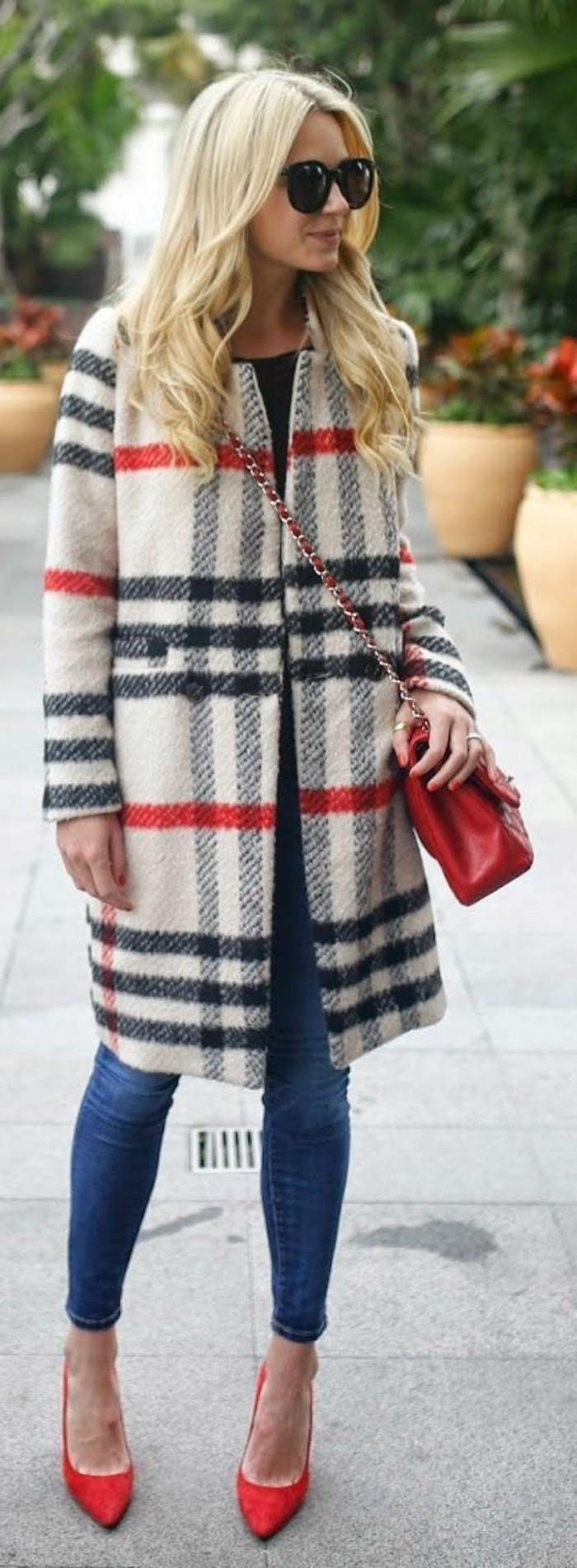 tendance-couleur-rouge-manteau-droit-femme