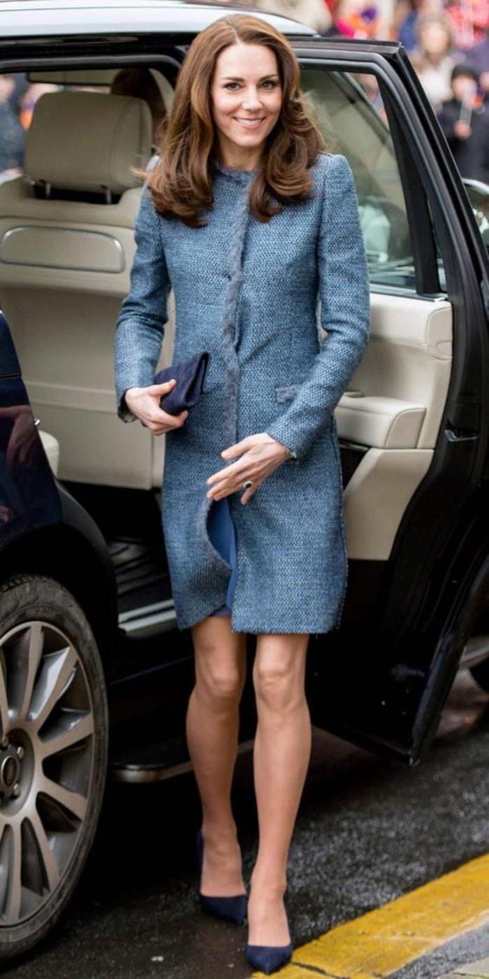 tenue-elegante-manteau-droit-femme-couleur-blue-gris