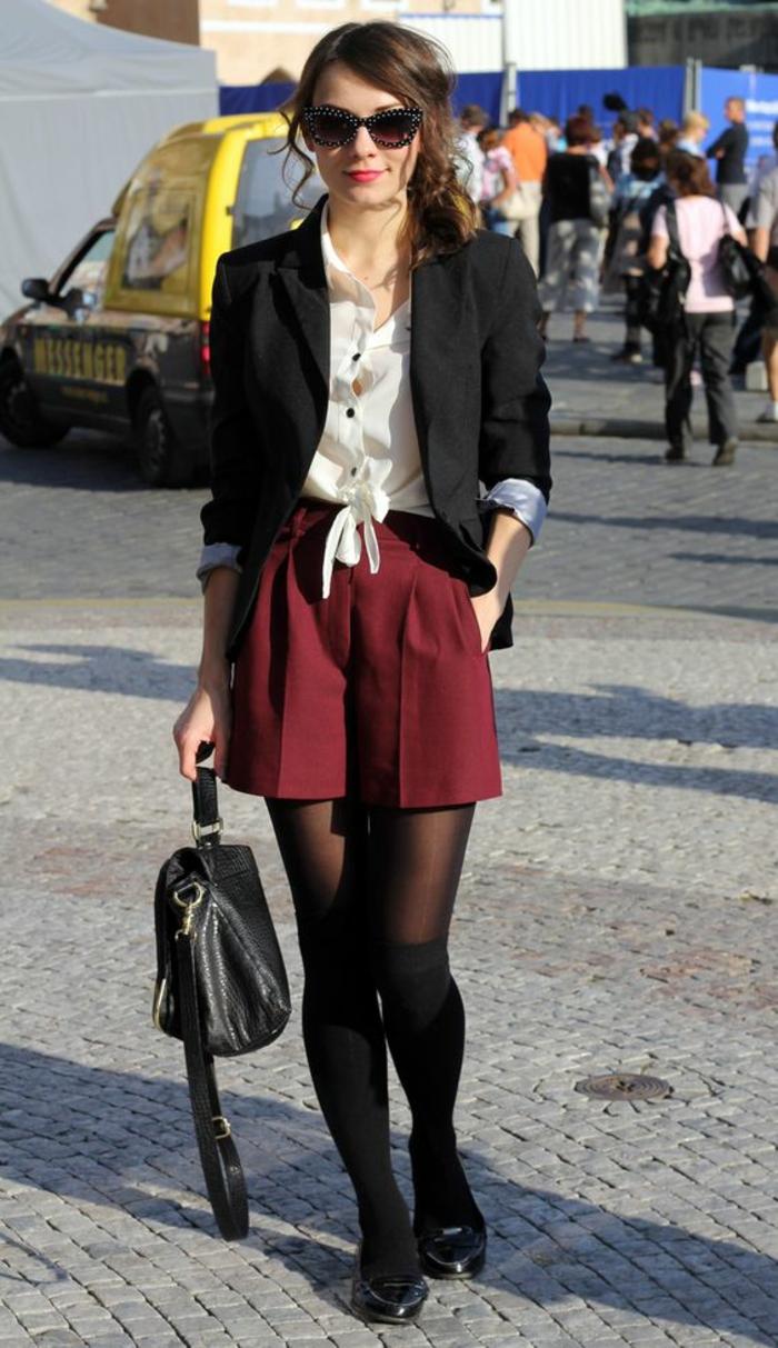 tenue-elegante-shorts-rouges-choussettes-montantes-dessus-collant