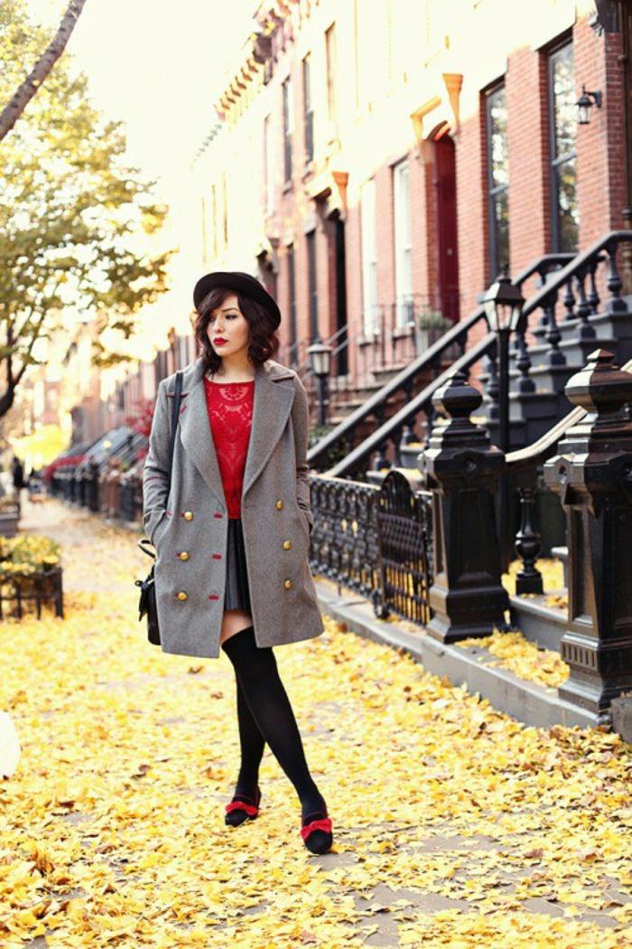 tenue-automne-manteau-gris-top-rouge-jupe-en-cuir