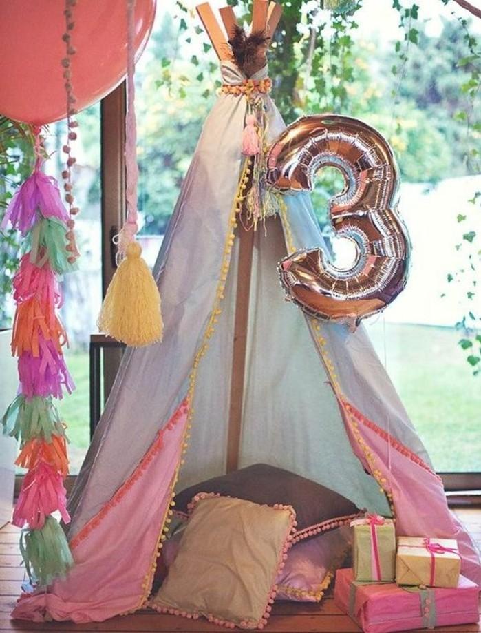 tipi-pour-enfant-a-l-occasion-d-un-anniversaire-ballon-cadeaux-multiples-coussins-decoration-d-anniversaire