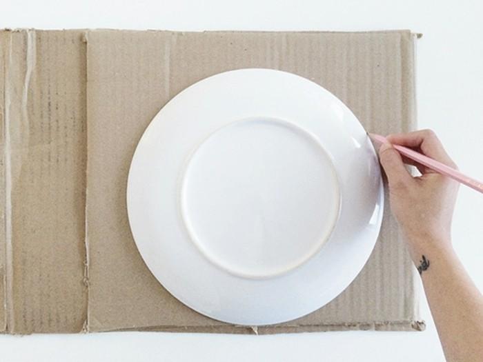 tracer-le-visage-a-l-aide-d-une-assiette-comment-fabriquer-une-pinata-originale-resized