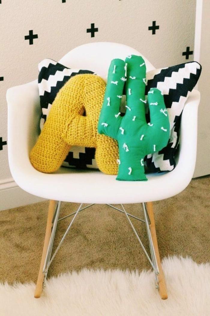 tricot-coussin-cactus-lettre-jaune-petite-chaise-decoration-chambre-enfant