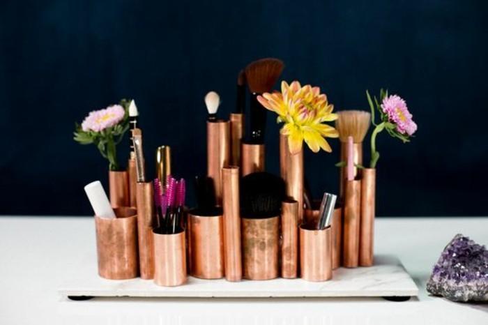 tube-de-cuivre-en-rangement-pour-maquillage-original