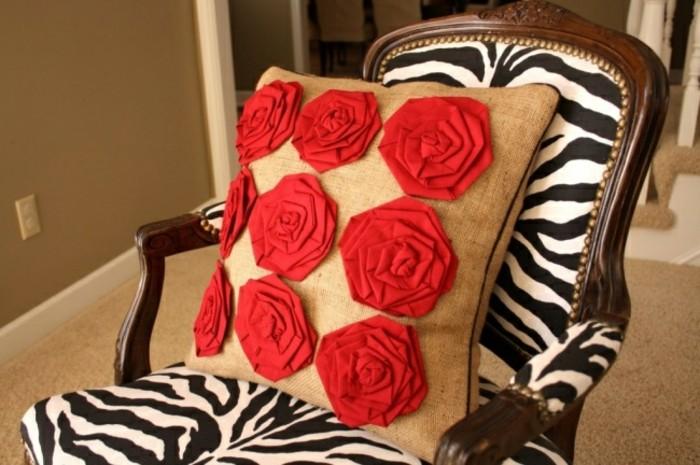 tuto-coussin-decoration-en-roses-rouges-chaise-en-bois-et-tissu-zebre