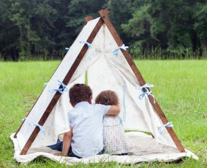 tuto-tipi-enfant-amenage-a-l-exterieur-une-tente-miniature-en-plein-air-tapis-decoration-de-noeuds