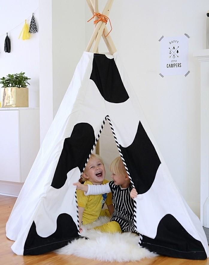 tuto-tipi-enfant-en-noir-et-blanc-tapis-blanc-un-coin-ou-vos-enfants-puissent-jouer-a-loisir