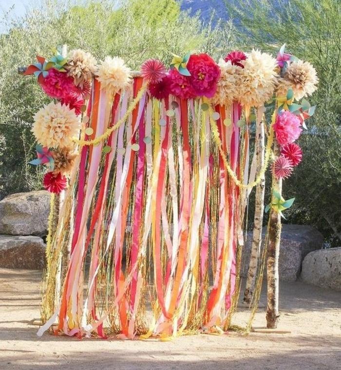 un-autel-de-mariage-decore-de-fleurs-en-papier-de-soie-de-couleur-et-de-taille-differente