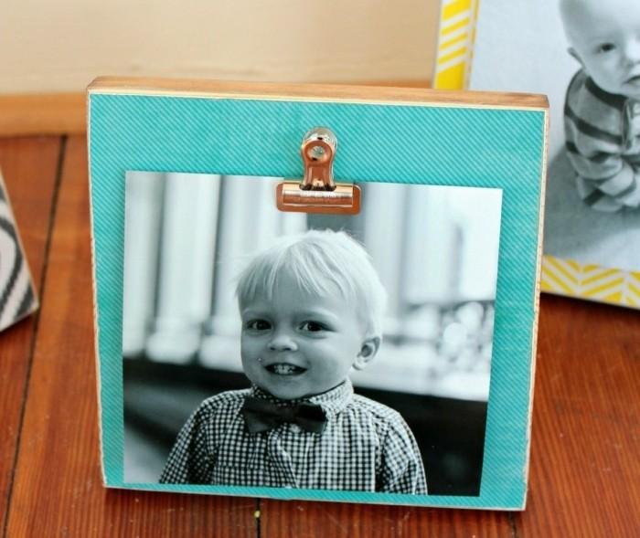 un-bloc-de-bois-decore-de-papier-scrapbooking-colore-et-une-photo-applique-dessous-idee-cadre-photo