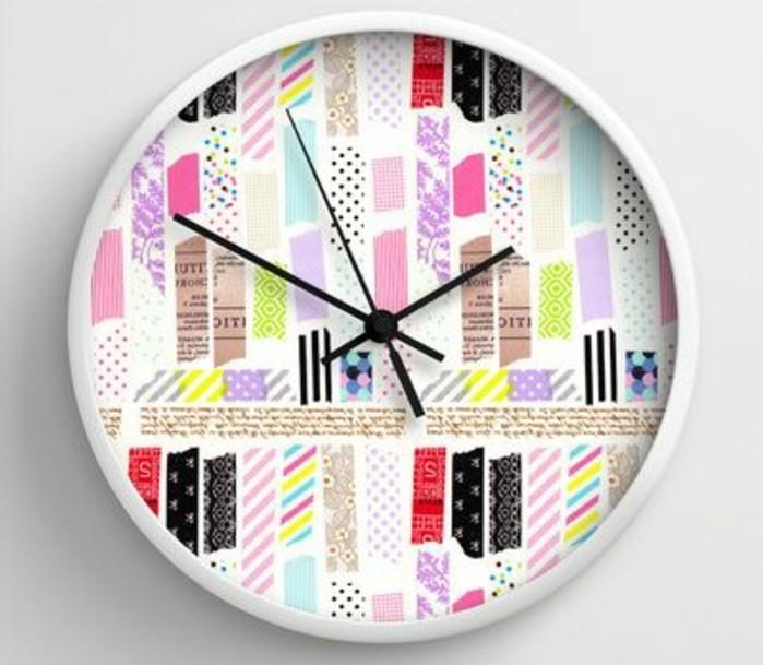 un-cadran-de-horloge-decore-avec-des-bandes-de-scotch-decoratif-a-motifs-divers