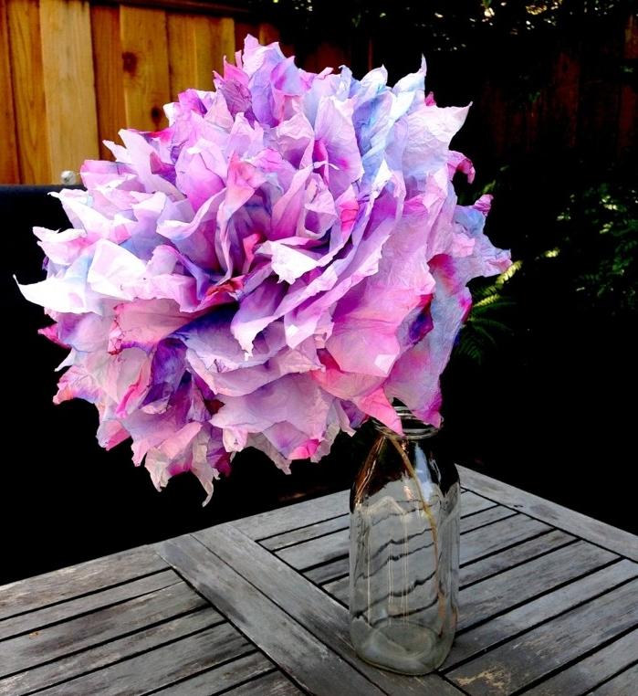 un-exemple-enorme-et-impressionnant-de-fleur-en-papier-de-soie-multicolore-et-tres-jolie