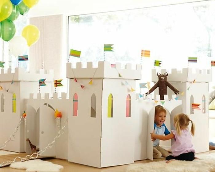 un-gros-chateau-en-carton-blanc-ou-vos-enfants-vont-jouer-a-loisir-projet-maisonnette-enfant-diy-plus-elabore