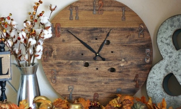 un-horloge-diy-de-bois-recycle-idee-comment-recycler-et-customiser-un-touret-objet-deco-pour-la-maison-resized