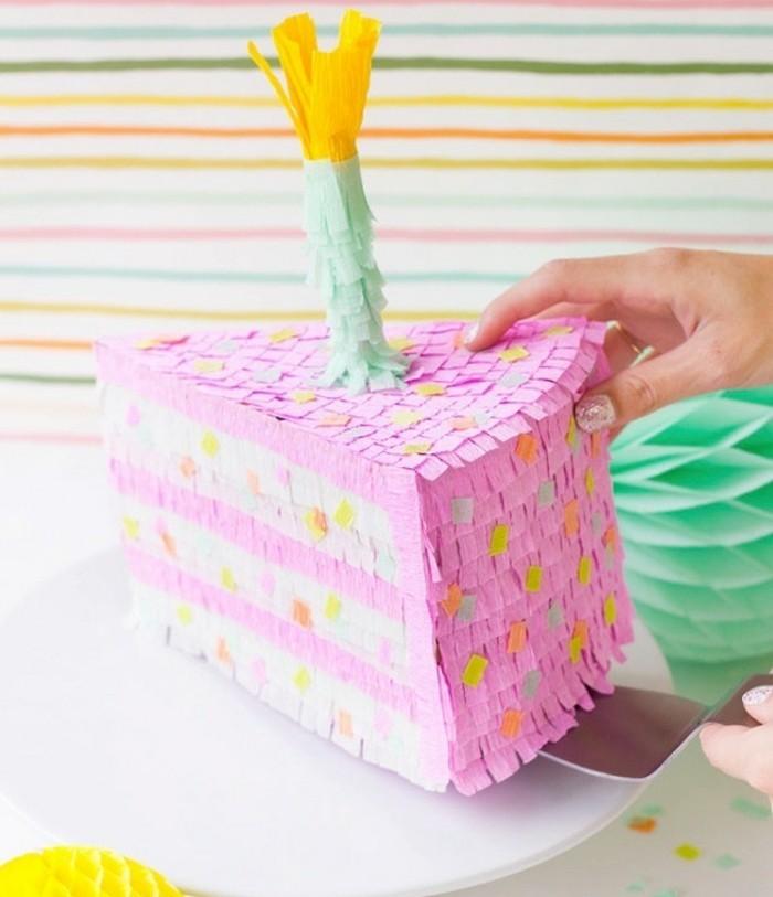 un-morceau-de-gateau-en-papier-joliment-decore-de-papier-a-franges-comment-faire-une-pinata-anniversaire