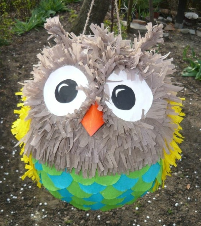 un-oiseau-fabriquer-a-partir-de-ballons-et-de-papier-a-franges-colores-a-faire-soi-meme