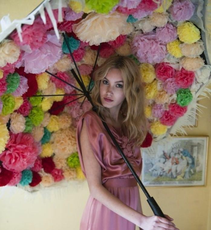 un-parasol-decore-de-plusieurs-pompons-idee-pour-une-fleur-papier-de-soie