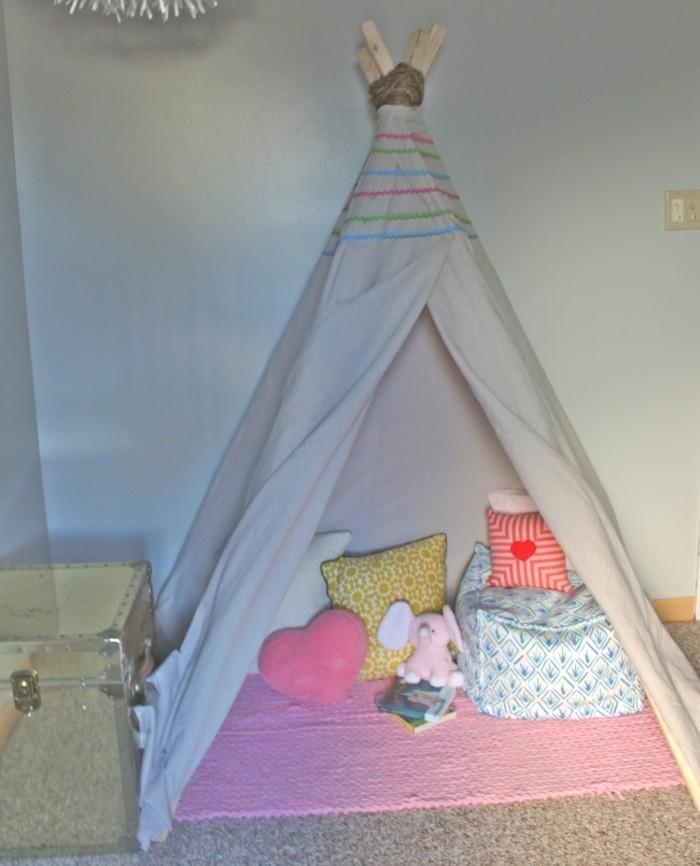 un-petit-coin-de-detente-et-de-jeux-tipi-interieur-pour-enfant-tapis-coussins-jouets-livres