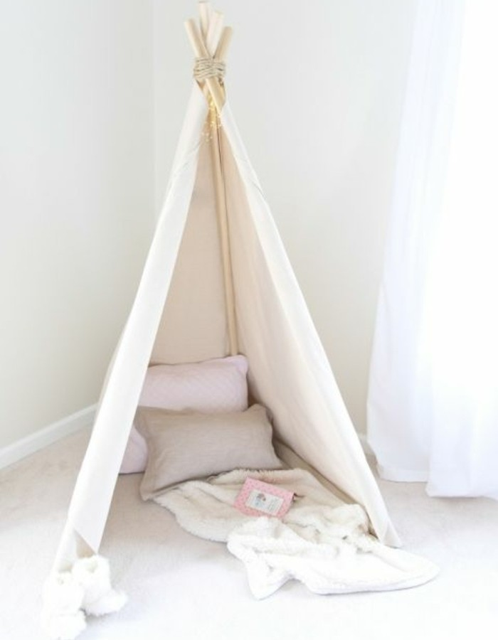 un-petit-coin-de-lecture-tipi-pour-enfant-a-l-interieur-oreillers-et-couverture