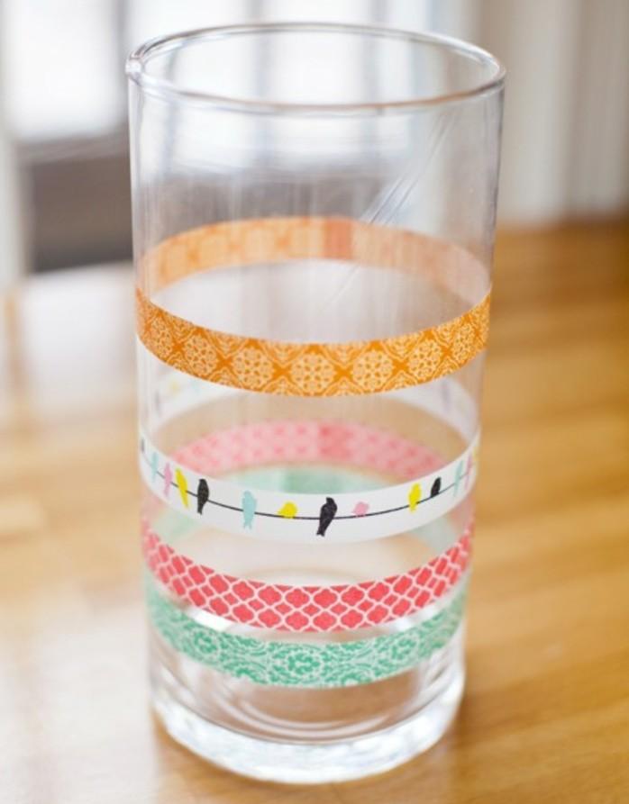 un-simple-verre-agremente-de-bandes-de-scotch-decoratif-pour-apporter-une-touche-de-fraicheur-a-son-quotidien