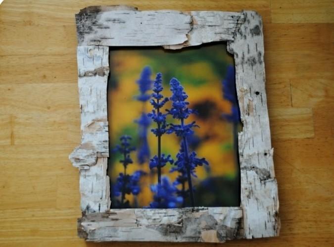 une-ecorce-de-bois-pour-fabriquer-un-cadre-photo-rustique-et-original