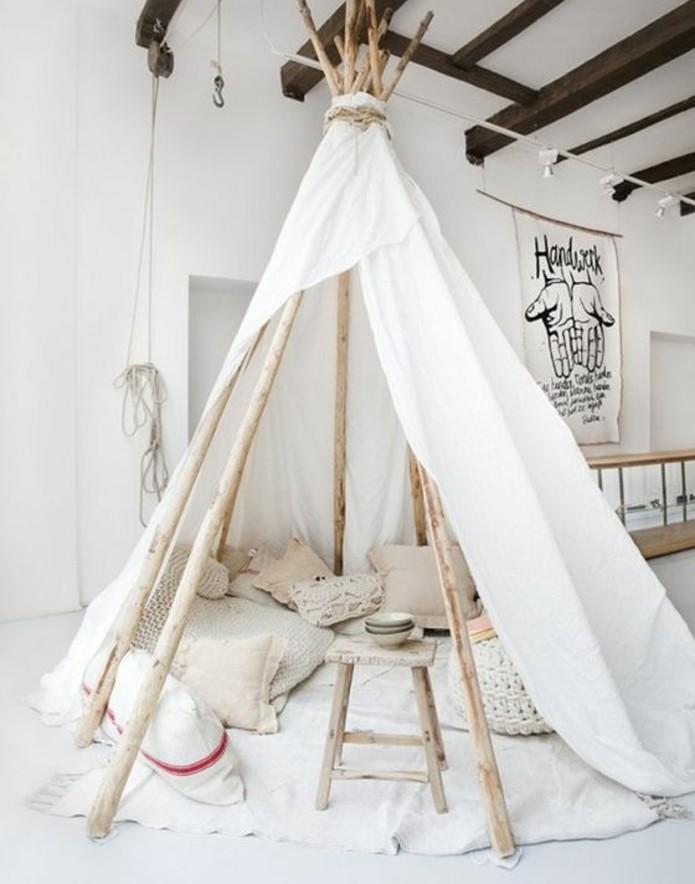 une-enorme-tente-indienne-a-faire-soi-meme-poteaux-en-bois-toile-blanche-coussins-sur-un-fond-en-blanc-pour-une-ambiance-calme