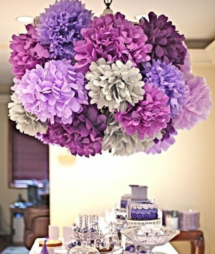 une-ambiance-magnifique-sur-cette-table-decoree-de-maniere-tres-esthetique-fleur-papier-de-soie-plusieurs-composition-de-plusieurs-fleurs-suspendues