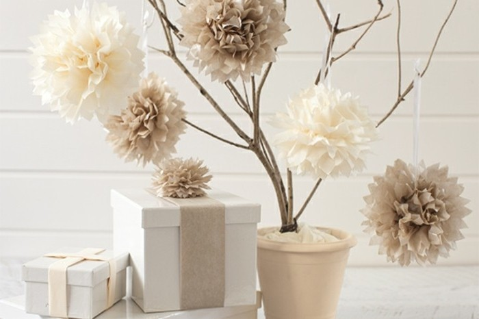 une-branche-decoree-de-fleurs-en-blanc-et-beige-idee-pour-fleur-en-papier-de-soie-design-elegant