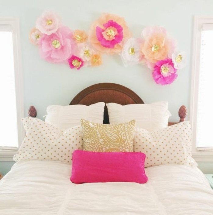 une-chambre-a-coucher-femme-decoree-de-fleur-en-papier-de-soie-au-dessus-du-lit