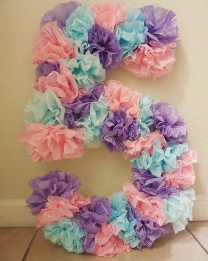 une-charmante-surprise-pour-un-anniversaire-enfant-le-chiffre-cinq-compose-de-fleurs-en-papier-de-soie