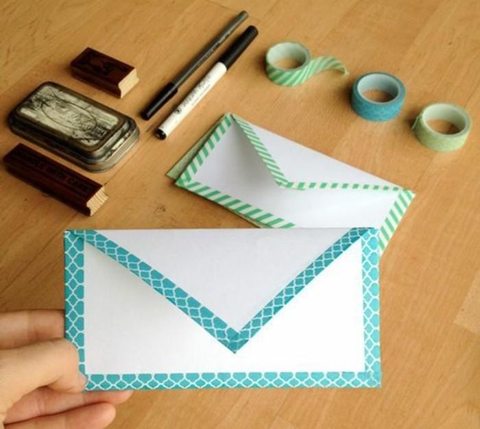 une-enveloppe-blanche-decoree-avec-du-ruban-adhesif-decoratif-idee-deco-diy-sympa
