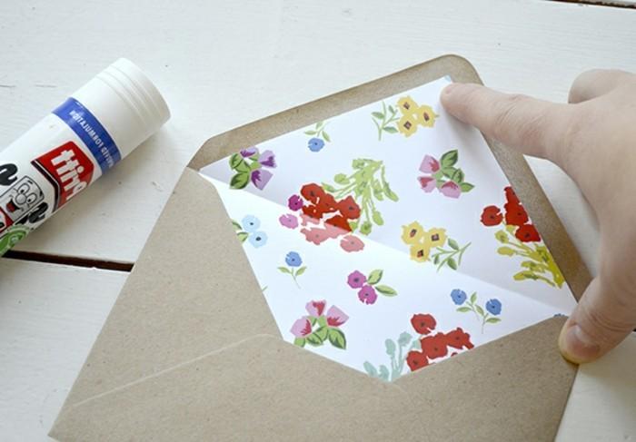 une-enveloppe-de-papier-kraf-customise-a-l-interieur-avec-du-papier-a-motifs-floraux-fabriquer-une-enveloppe