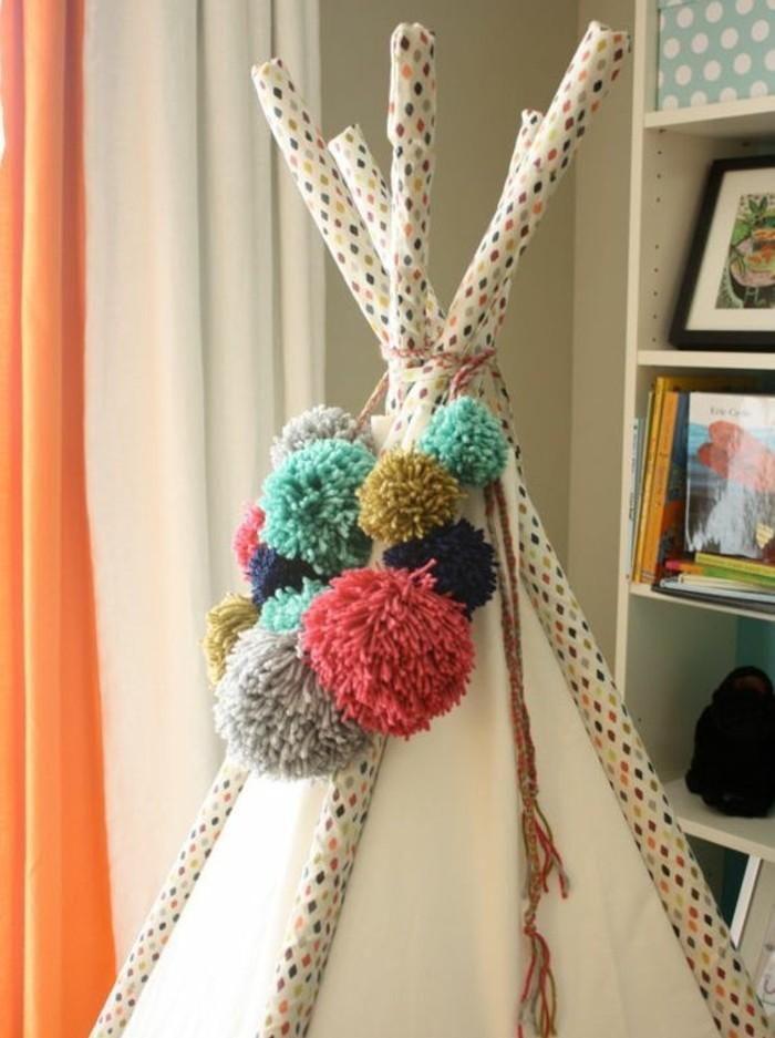 une-idee-comment-decorer-son-tipi-pour-enfant-des-pompons-multicolores-en-guise-de-deco