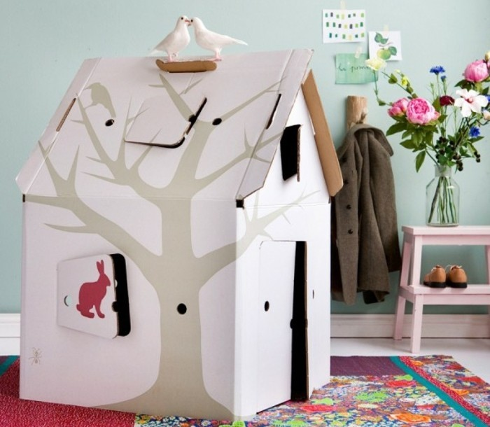 une-idee-simple-et-esthetique-de-cabane-en-carton-pour-enfant-blanche-avec-denetre-et-deux-pigeons-sur-le-toit