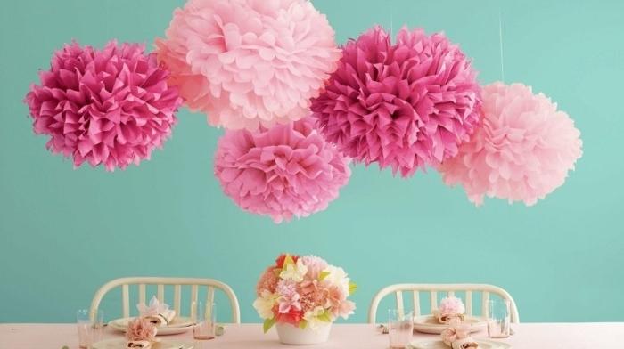 une-maniere-tres-esthetique-d-arranger-sa-table-des-pompons-suspendus-et-une-table-charmante-ambiance-douce-shabby-chic