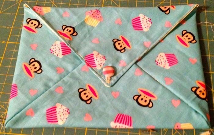 une-suggestion-d-enveloppe-en-tissu-bleue-a-motifs-de-singes-et-cupcakes-fabriquer-une-enveloppe