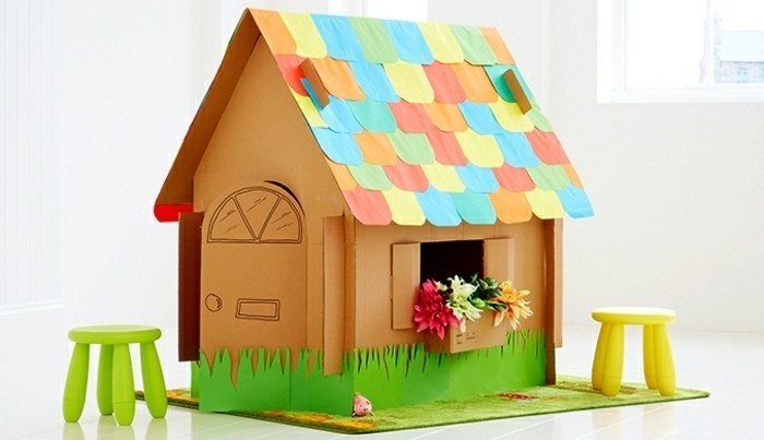 une-superbe-idee-diy-de-cabane-en-carton-tres-joyeuse-toit-multicolore-et-fleurs-a-la-fenetre