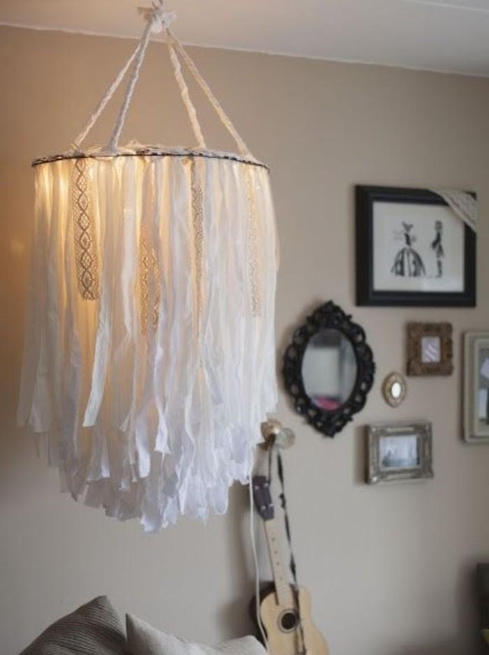 une-superbes-idee-d-abat-jour-diy-cree-de-bandes-de-tissu-blanches-elegantes-pour-une-piece-elegante