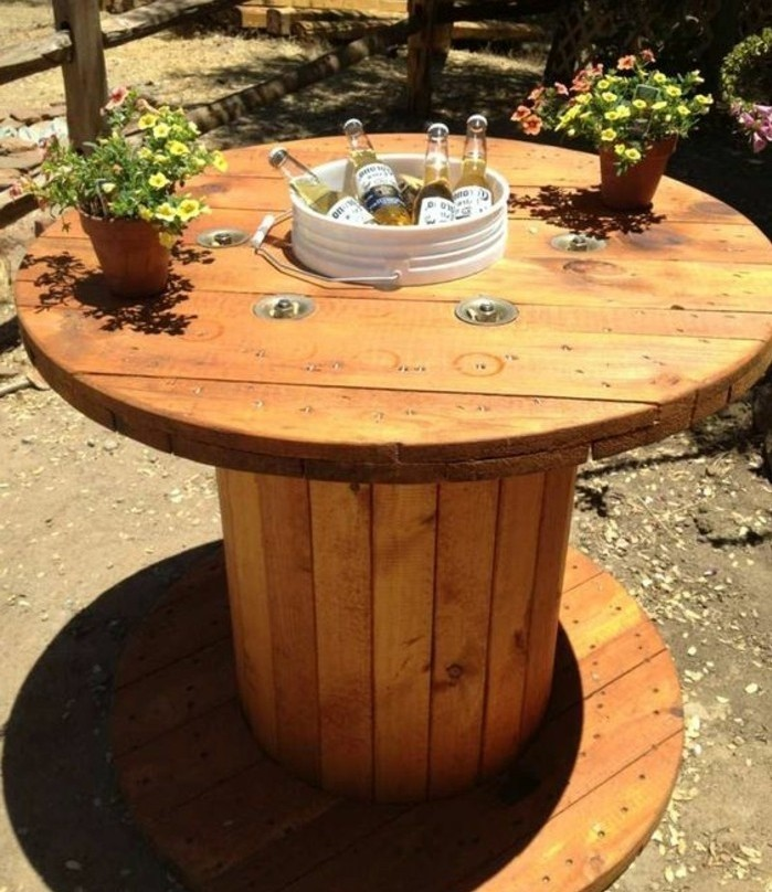 une-table-touret-bois-amenagee-a-l-exterieur-idee-comment-customiser-un-tabouret-resized