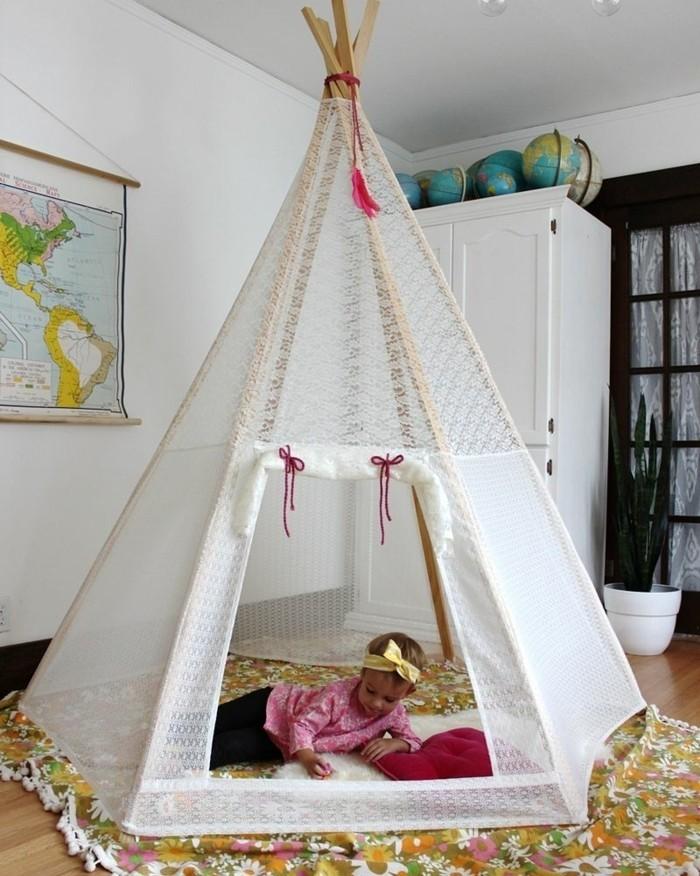 une-tente-enorme-de-toile-blanche-tapis-joyeux-style-boheme-suggestion-de-tente-indienne-pour-votre-petite-fille