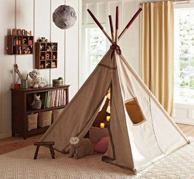 une-tente-indienne-transformee-en-coin-de-jeux-miniature-avec-des-ouvertures-pour-les-fenetres