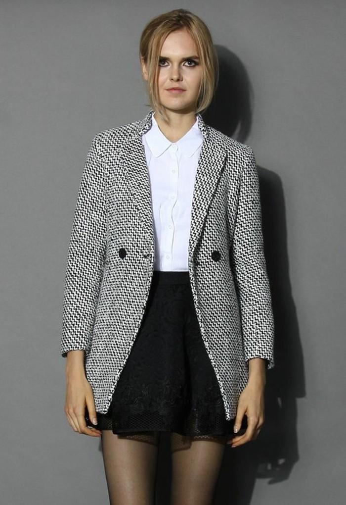 une-tenue-elegante-noire-et-blanc-manteau-femme-gris-chine